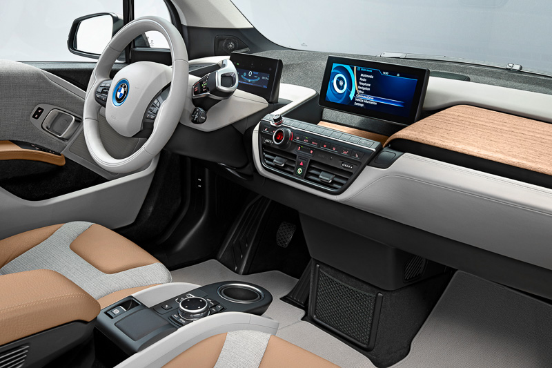 Bピラーをドアと一体化した観音開きドアで開口部の広さを確保。インパネの中央と運転席前に液晶パネルが設置し、インパネの加飾パネルは天然素材を使って車両コンセプトのサスティナビリティ(持続可能性)をアピールする