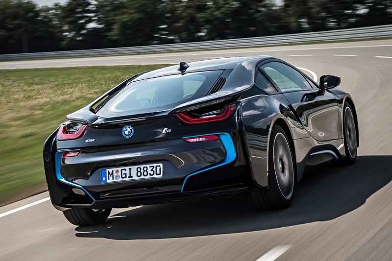 車両のフロントに電気モーター、リアにガソリンエンジンを配置。システム合計出力は266kW(362PS)で、スポーツ・モードの選択中は駆動力を4輪で路面に伝える