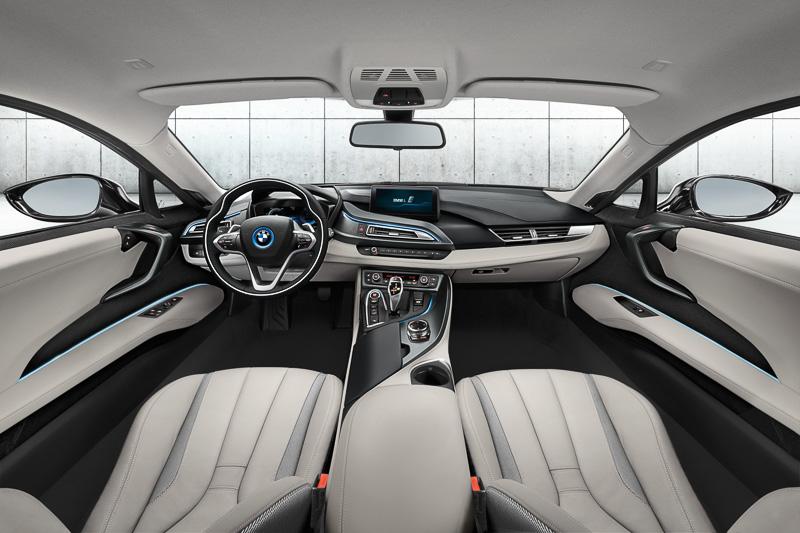 高さのあるサイドシルと跳ね上げ式のドアがスポーティさを印象づける。すべてのBMW iモデルはカーナビとSIMカードを標準装備し、「BMWコネクテッド・ドライブ・サービス」を利用できる