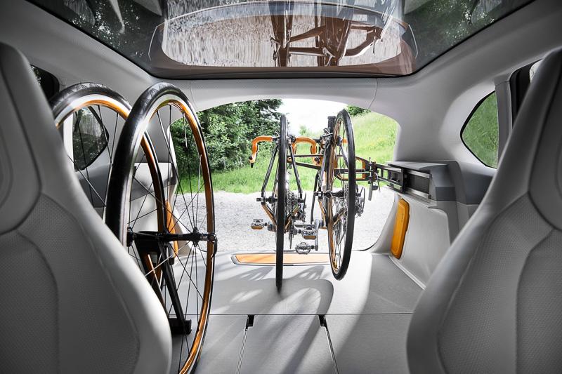 ラゲッジスペース左側のサイドトリムパネルに設置するバイシクル・キャリア・システムは、サポートレールと旋回式マウント・ブラケットで構成。前輪とサドルを外すだけで簡単に車内に収納できるようになっている