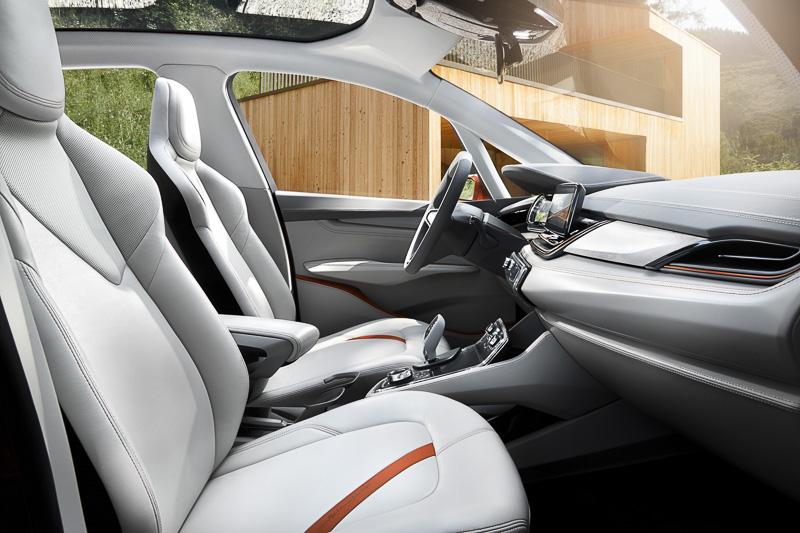 お手入れしやすい素材を使ったインテリア。インパネ中央の8インチコントロールディスプレイは「BMWコネクテッド・ドライブ・サービス」とも連動し、自転車やハイキングの移動も組み合わせる、といったドライブルート検索なども利用可能。ルート情報は個人のスマートフォンに転送して車外で確認することもできる