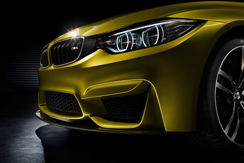 フロントマスクで力強さを表現するフロントエプロン、CFRP製フロントスプリッター、大型エアインテークなどを装備。ヘッドライトはLEDを使った新設計の「デュアル・ラウンド・ヘッドライト」を採用