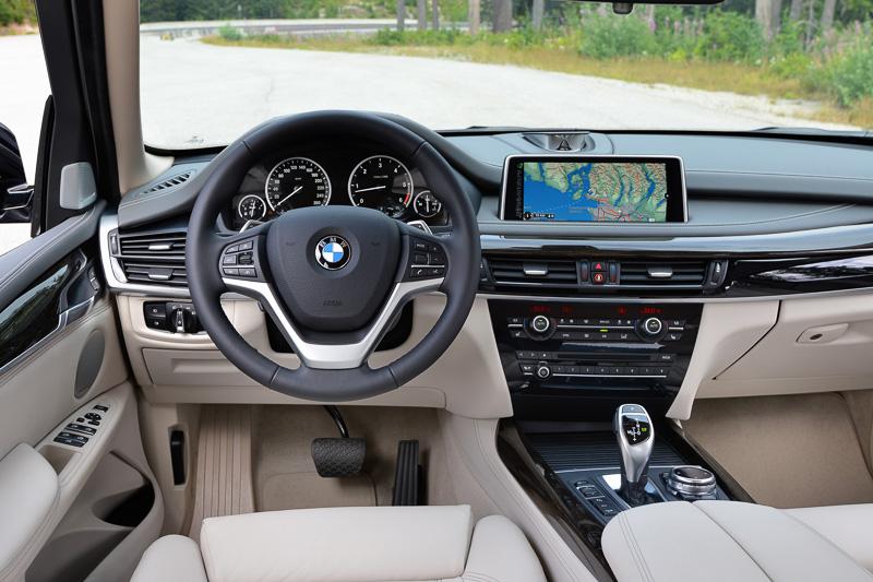 センターコンソールやナビ画面などが運転席側に向いたドライバーオリエンテッドなインテリア。ATのセレクター脇に設置されるiDrive コントローラーはダイヤル上部がタッチ・パッドとなっている
