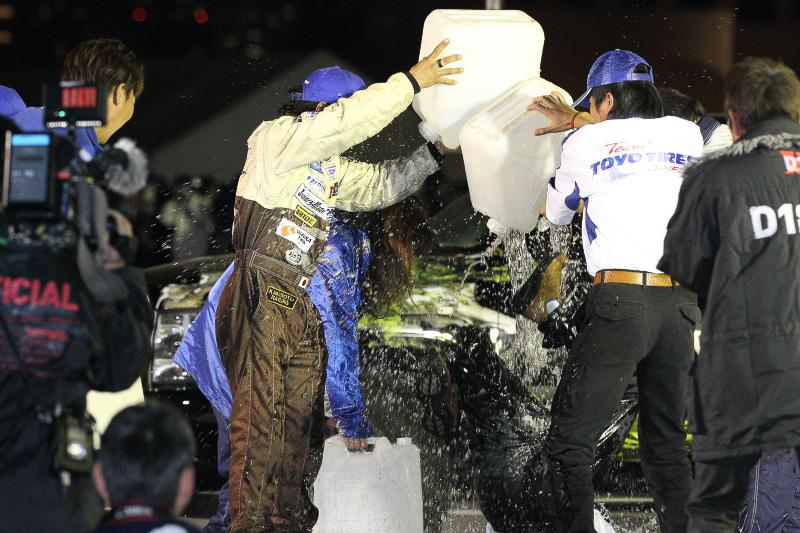 竹田総監督へのシャンパンファイトには何故かポリタンクの水も登場。盛大に祝うTeamTOYOスタッフ