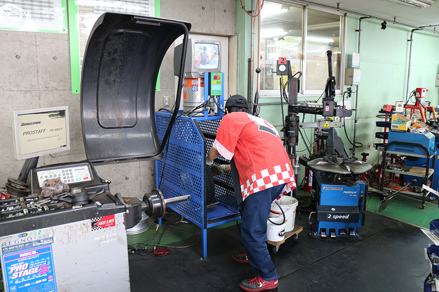 当たり前だが、慣れた手つきでテキパキとタイヤを組み付けて行く。空気圧テストは事故防止のため専用のケージの中で自動的に行われるそうだ