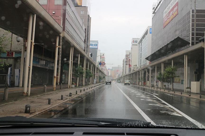 商店街は早朝のためまだ人影が少ないが、「のっけ丼」で有名な古川市場(青森魚菜センター)付近は観光客で賑わい始めている
