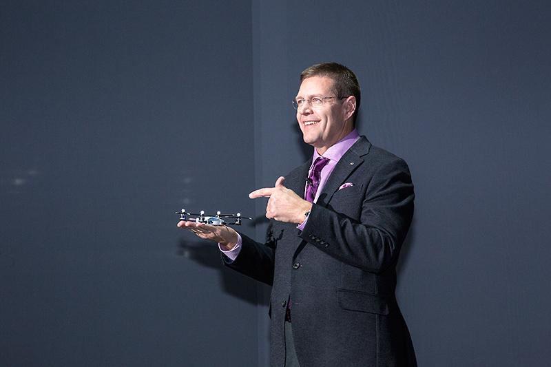 テンプリン氏が手に持っているのはグローバルブランド広告キャンペーン第2弾のテレビCM「SWARM」で使われるクワッドローター