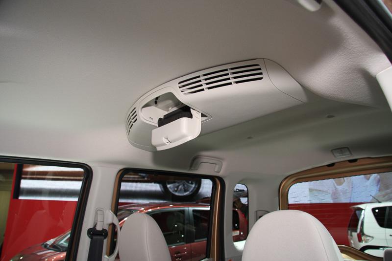 ルーフの中央にリアサーキュレーターを装備。前方からエアコンの風を取り入れてリアシートまで循環させる。収納ボックスも設定している