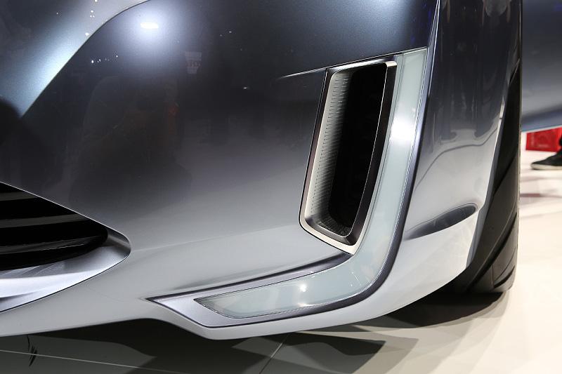 特徴的なシルエットのヘッドランプとアクセサリーライトはいかにもコンセプト、ともいえるが、これが実車にどう落とし込まれるのか見てみたい。バンパー内蔵のテールパイプは縦長の形状を採用し、フロントバンパーのエアインテークと共通のデザインになる