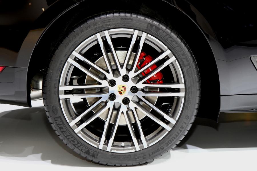 マカン ターボに装着される21インチタイヤ。リア駆動ベースの4WDになるので、前後のタイヤサイズが異なっている