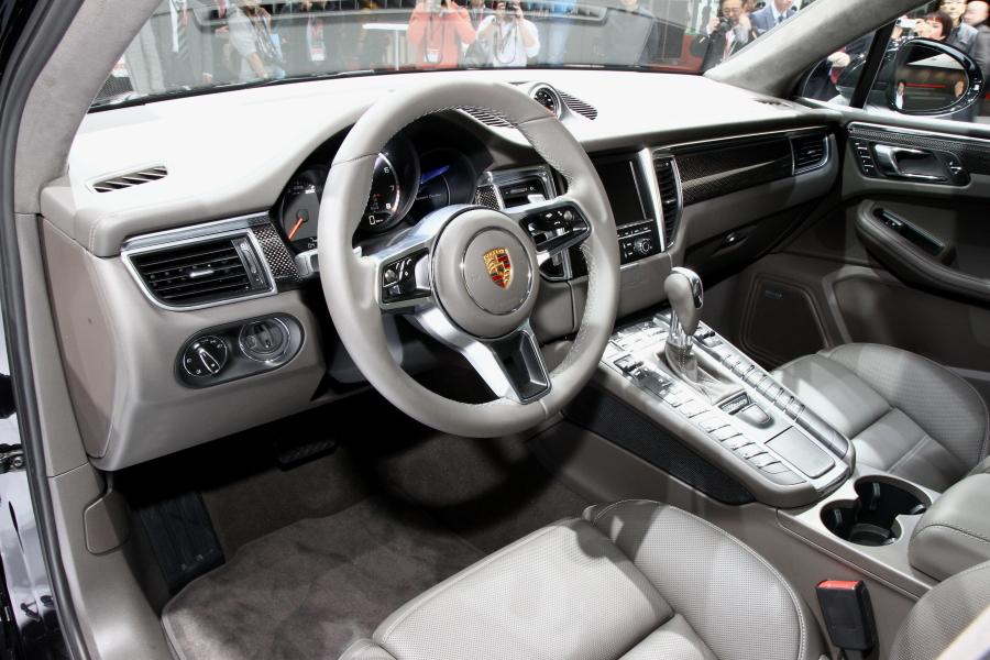 運転席まわりはスポーツモデルのそれと変わらない。タコメーターを中央に配置した3連の丸型メーターで、高解像度の4.8インチカラーディスプレイも装備されている