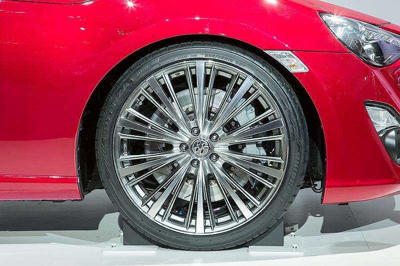 タイヤサイズは225/35 R19。ブレーキはフロント6ピストン、リア4ピストンが付くが、これはあくまでもショーモデル用とのこと