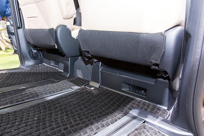 フロントシート下にハイブリッド用バッテリーを搭載する