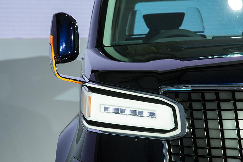 フェンダーミラー仕様で導光レンズタイプのウインカーが組み込まれている