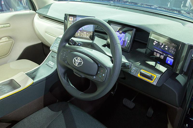 運転席まわり。ステアリングが2本スポーク仕様なのがタクシーっぽい感じ