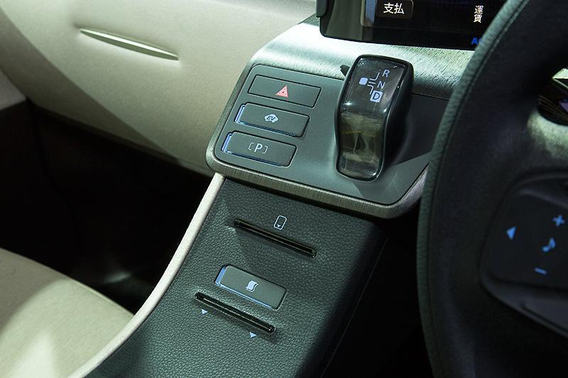 LPGハイブリッド仕様を想定しているためシフトレバーがハイブリッド車用だったり、EV走行用スイッチが付いていたりする