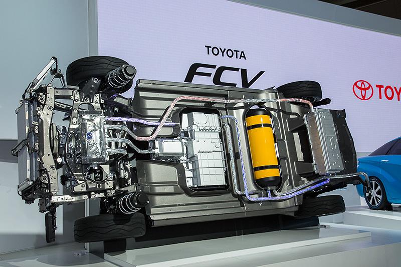 床下に搭載されるFCスタックは「トヨタFCHV-adv」のものより2倍以上となる出力密度3kW/Lを実現、出力は100kW以上。水素タンクは70MPaの高圧タンクを2本搭載