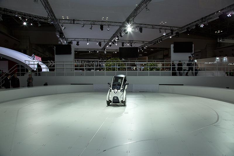 トヨタブース内にi-ROADの走りを体験できるスペースが設けられている
