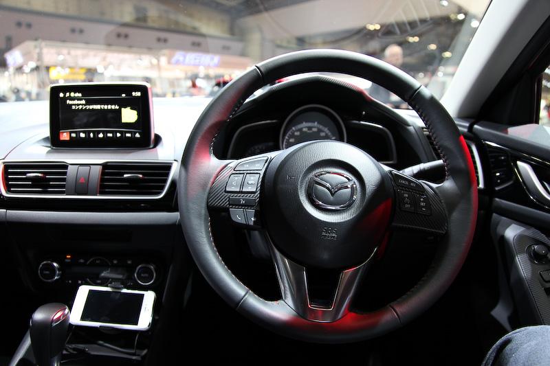 ステアリングとメーターが、ドライバーの中心と同軸になるようにレイアウトされたコクピット。ドライバーは運転に集中でき、パッセンジャーは開放感を感じることができる。センターディスプレイを操作するためのコマンダーコントロールは扱いやすい