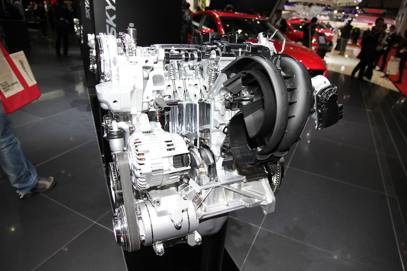 2.0リッターのSKYACTIV-Gは155PS/6000rpmのパワーと20.0kgm/4000rpmのトルクを発生。アテンザやCX-5と同スペックだが、JC08モード燃費は19.0km/Lと2台を上回る