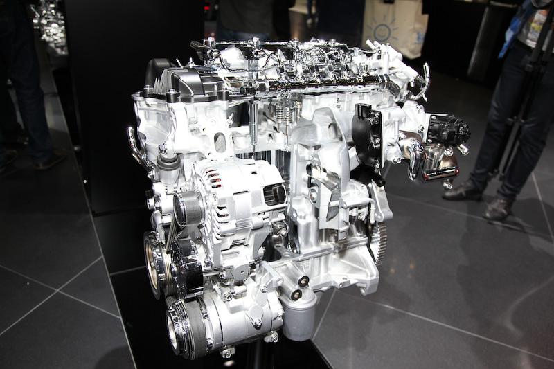 強大なトルクが話題になった2.2リッターのSKYACTIV-D。パワーは175PS/4500rpm、トルクは42.8kgm/2000rpmとCX-5やアクセラと同スペック。6速AT車のJC08モード燃費は19.6km/L(6速MTは認可取得前)