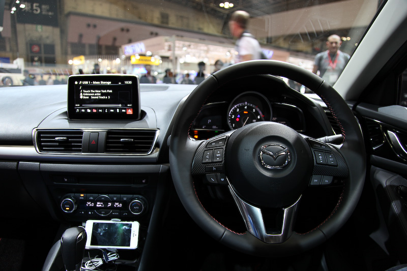 メーターの目盛りがガソリン車とは異なるコクピット。センターディスプレイの大きさは7インチ。MAZDA CONNECT機能を使う際に各種情報を表示する。ディスプレイの操作はコマンダーコントロールを使用する