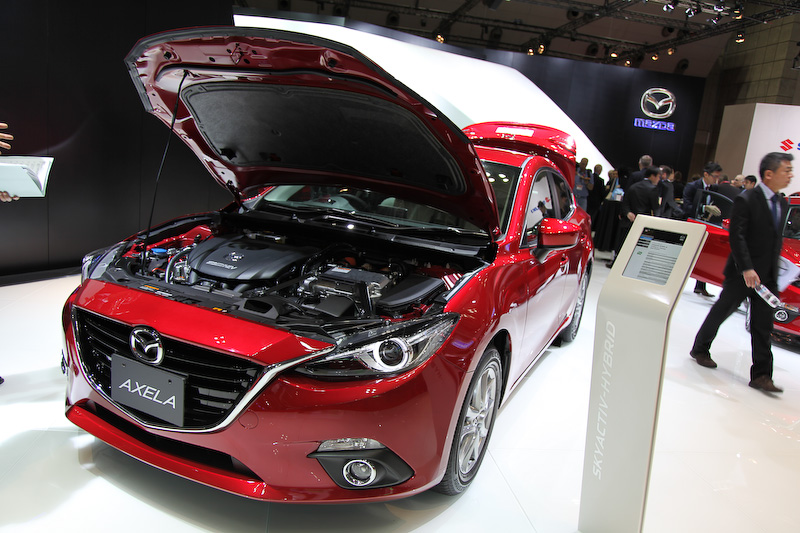 マツダ初のハイブリッド車。ハイブリッドシステムにあわせて専用開発したSKYACTIV-G 2.0と組み合わせることで、高い燃費性能を実現。エンジン出力は99PS/5200rpm、モーターは82PSで、システム合計の出力は136PSとなる。JC08モード燃費は30.8km/L