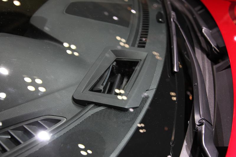 フロントバンパーのミリ波レーダーや、ドアミラー付け根のサイドカメラ、GPSアンテナなどで、ドライバーから見えない個所の認知をサポート。他車や路側インフラ、歩行者との通信も行う。自車の走行状況はヘッドアップディスプレイに表示される