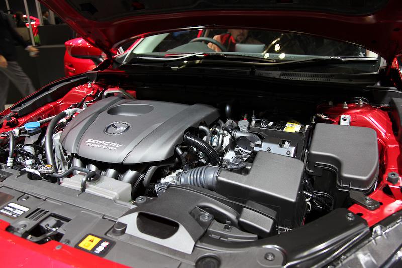 新開発の1.5リッターSKYACTIV-Gは111PS/6000rpmと14.7kgm/3500rpmのトルクを発生。注目の燃費は、2WDのハッチバック(6速AT)が19.4km/L(JC08モード)