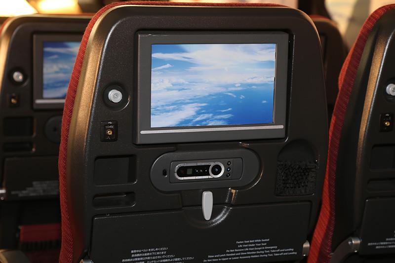 シートの背面には10.6インチ液晶や小物入れ、USBポートなどを備える