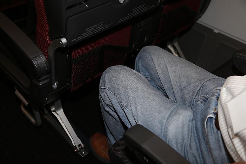 シートの間隔は約10cm広くなった。JALはこれを「新間隔シート」として訴求している