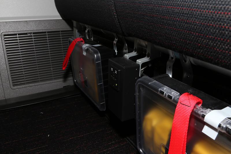 複数の座席で共用になるが、シートの支柱にAC電源も備える