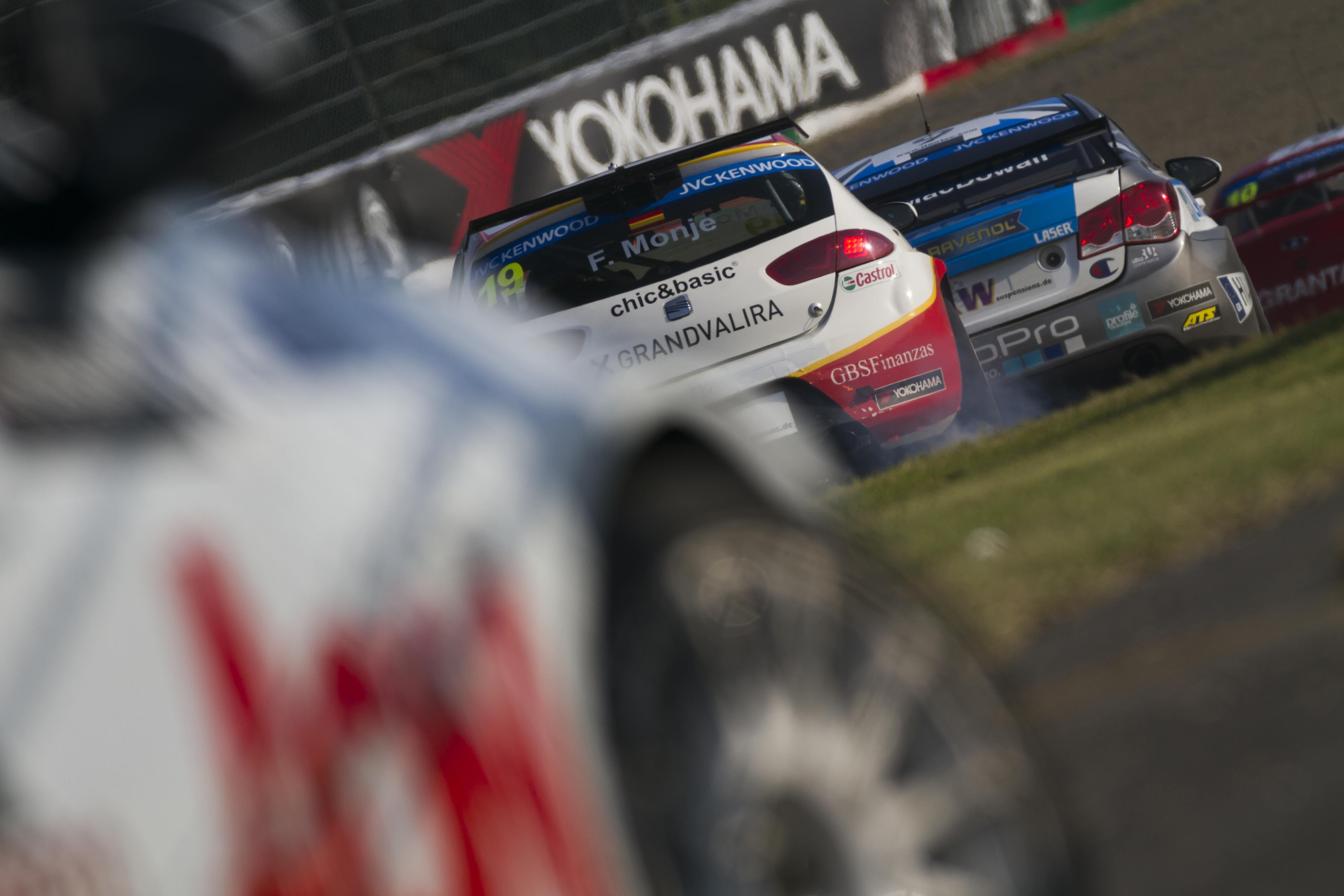 fotoproさん 1コーナーの進入シーンをリタイヤしてしまったMuller選手の車体を絡めて写してみました。
