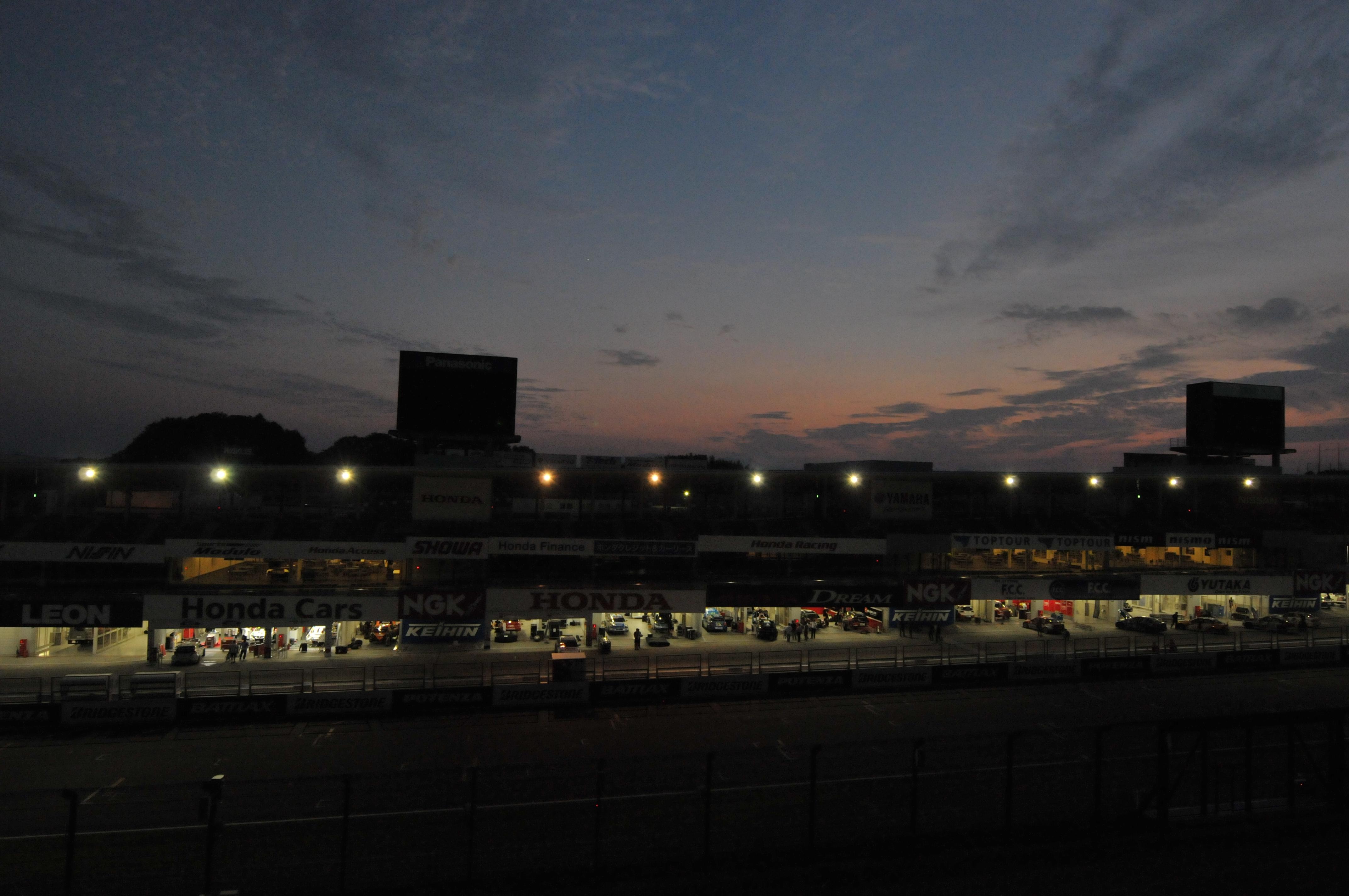 ヤルノさん 「夜遅くまで」レースが終わって夜遅くまで作業する皆さんお疲れさまです。