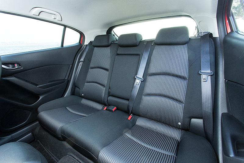 ブラックを基調としたインテリア。コクピット設計は運転に集中できるよう、運転中に扱う情報を「走行情報」と「快適・利便情報」に明確に分けるデザインに。運転席ではステアリングや単眼メーターとドライバーの体の中心を同軸にレイアウトし、クルマとドライバーの一体感を演出する。シートはファブリック