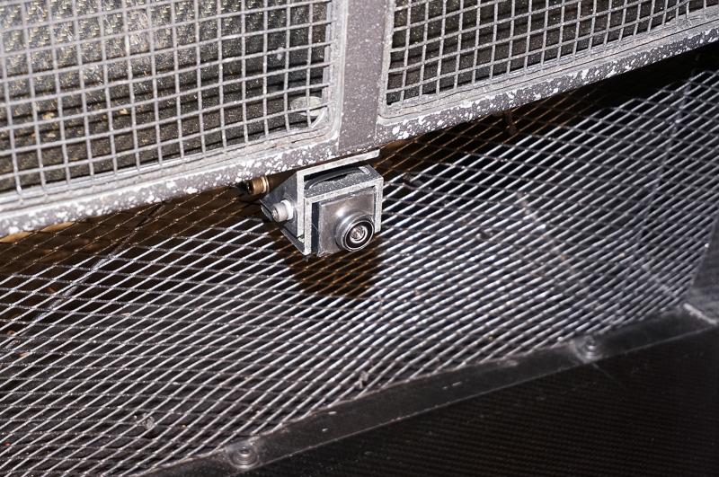 フロントのラジエターグリル下側に設置されたカメラ