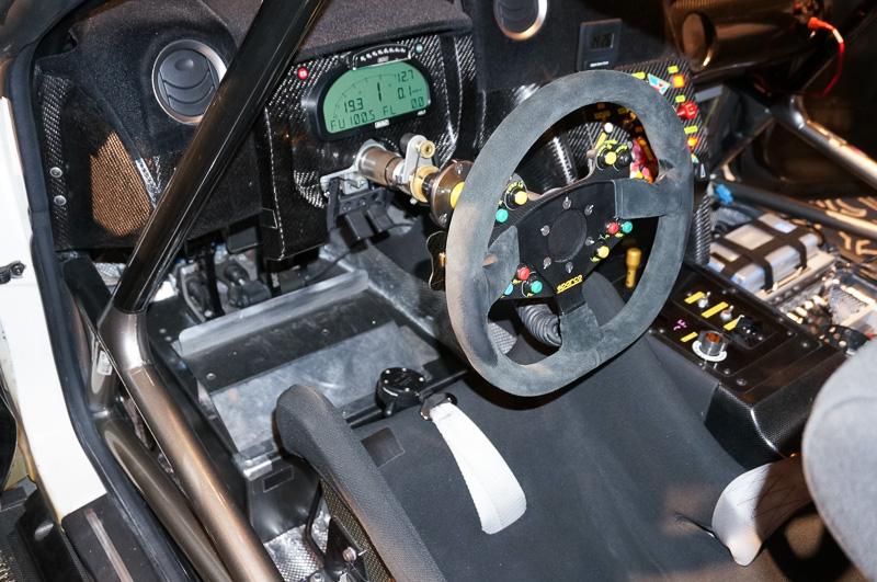 左ハンドルとなるFIA GT3仕様のニッサン GT-R ニスモ GT3のコックピット