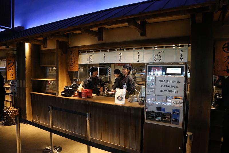 中華そば屋「弁多津」の「中華そば 醤油」(650円)。劇中で登場する同名の店舗は中華そばを出していたわけではなく「のっぺい汁」という郷土料理を出す店だったが、ここでは池波氏が親しんでいた「日本橋たいめいけん」監修による中華そばを提供する