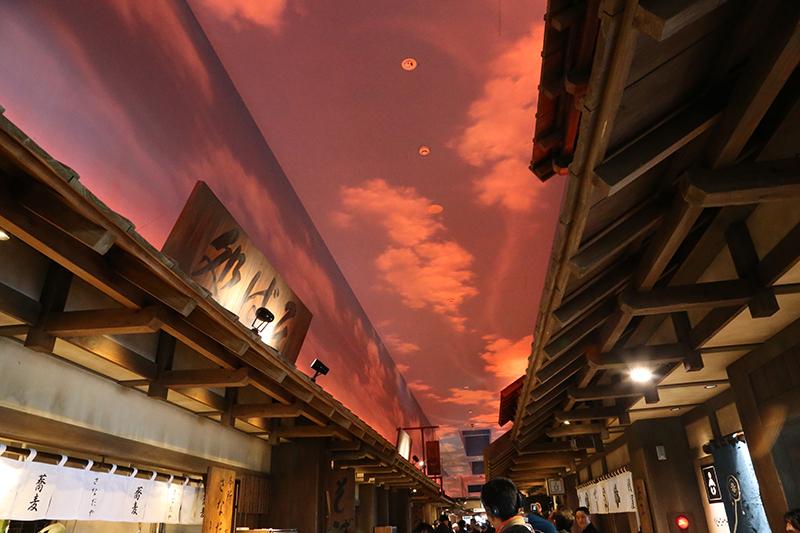 天井の空は15分ごとに昼夜が入れ替わる演出