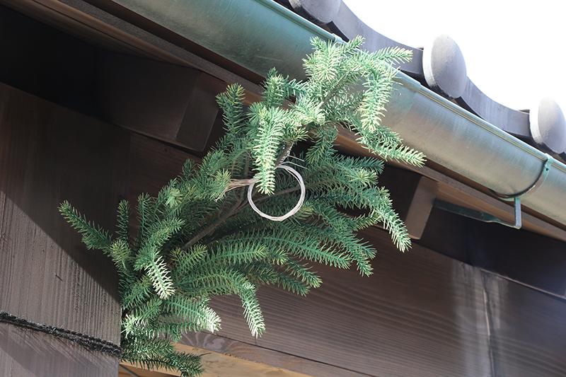 番屋にある杉の小枝に元結をつけたものは、鬼平が劇中で使った「つなぎ」と呼ばれる秘密の合図の1つ。こうした遊び的な隠し要素をPA内に全部で6個所用意してある