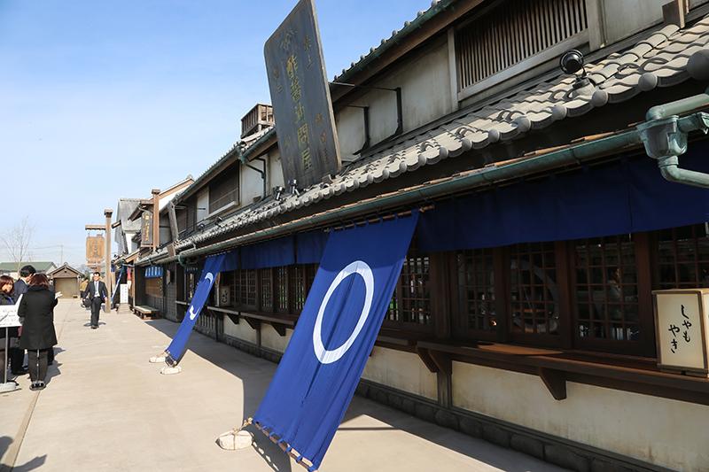 正面は日本橋大通りをイメージした街並み