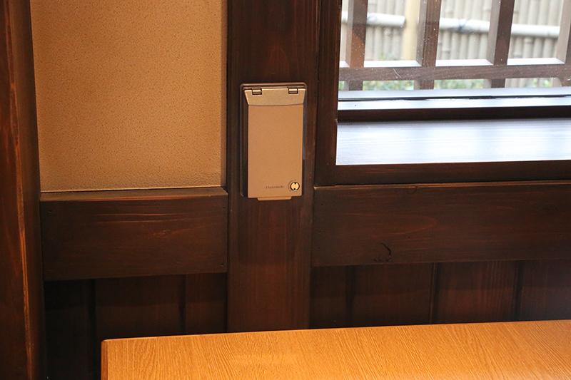 テーブルには鍋用IH調理器用の電源も。同社のフードコートでは初の試み