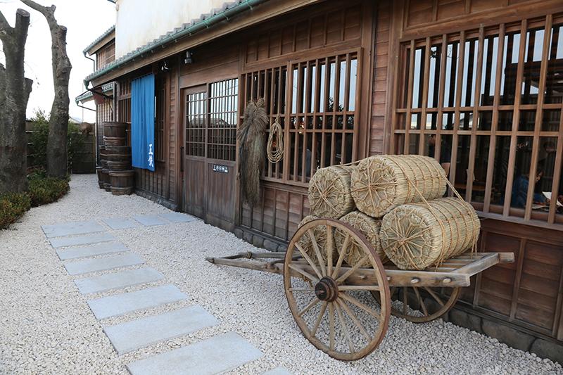 木戸をくぐると「五鉄」に繋がる通りに出る。大八車や編み笠など小道具も豊富