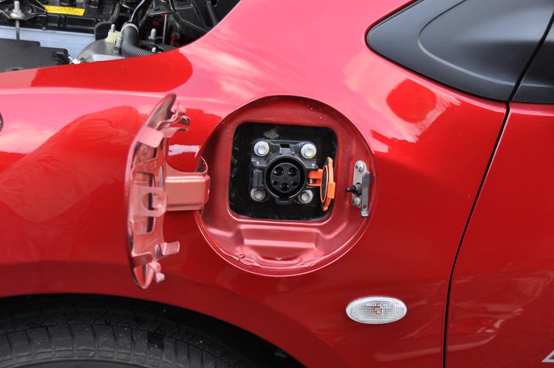 基本はEVなので、充電用コネクターも装備