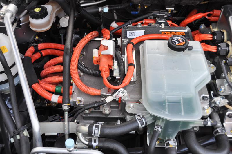 ボンネット内はデミオEVと変わらない。前輪駆動用モーターや、各種制御ユニットが納まる