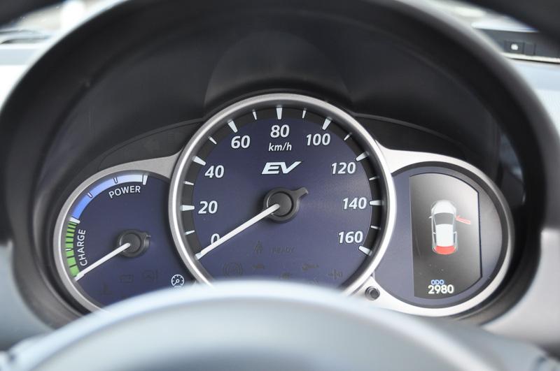 試作車のため、メーターまわりはデミオEVと変わらない。左がデミオEV、右がRE レンジエクステンダー
