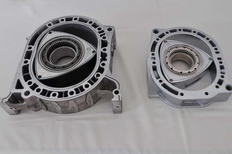 左が13B型、右が新型ロータリーエンジン