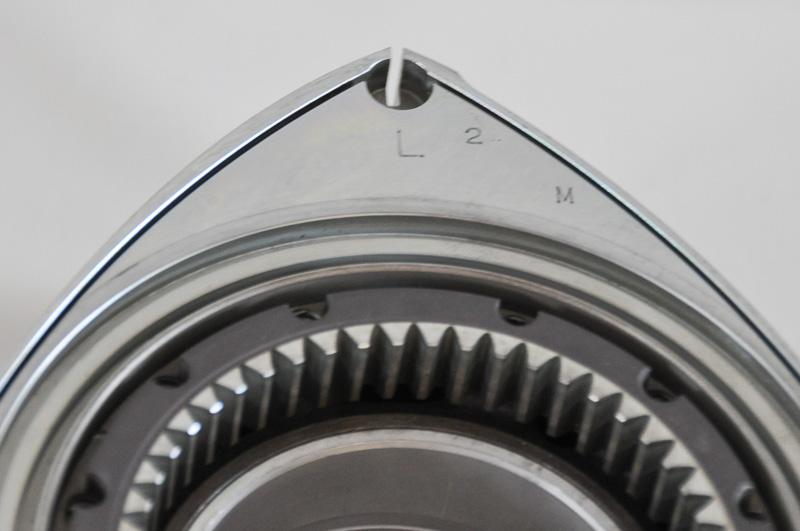 ロータリーの頂点から左右に延びる黒い凹線が、サイドシールをセットする個所。写真は13B
