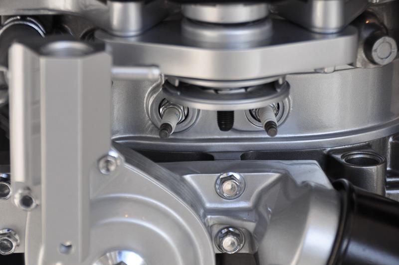 レンジエクステンダーユニットに搭載された新型ロータリーエンジン。プラグの角度が平行ではない
