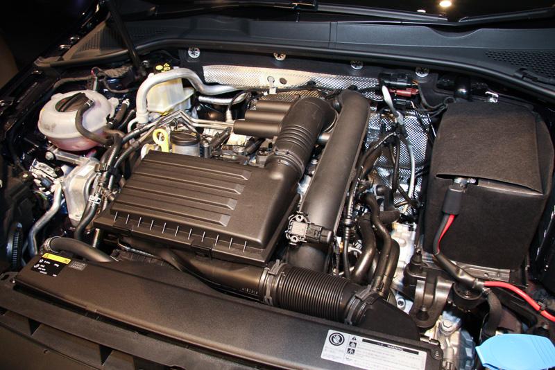 TSI コンフォートラインに搭載される直列4気筒 DOHC 1.2リッター ターボの「CJZ」エンジン。最高出力は77kW(105PS)/4500-5500rpm、最大トルクは175Nm(17.8kgm)1400-4000rpm